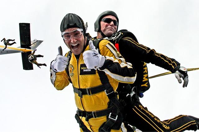 tandem-skydivers-603631_640